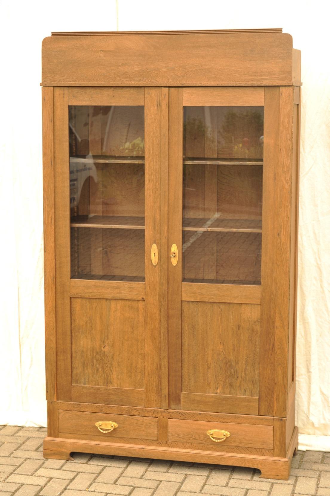 Gro z gig alte vitrinenschr nke zeitgen ssisch die - Alte vitrinenschra nke ...