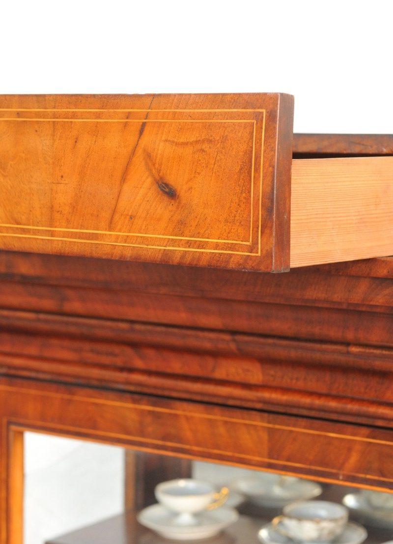 Detail dreiseitig verglaste Vitrine Biedermeier
