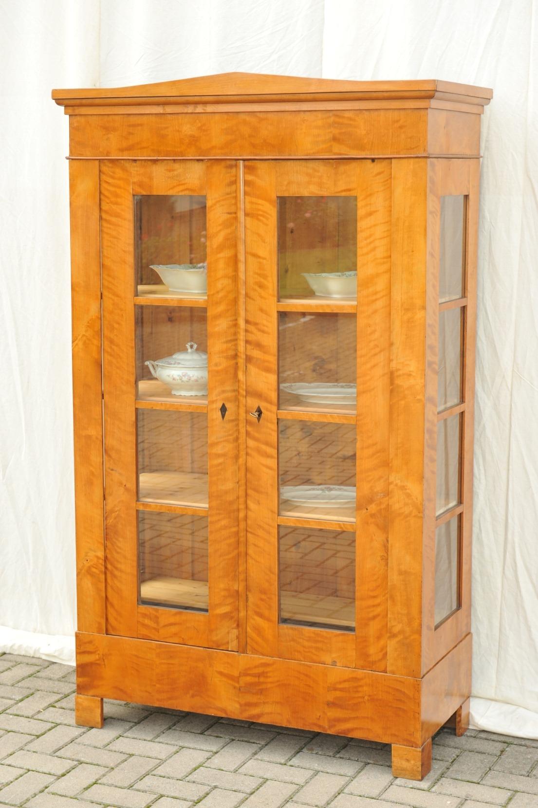 biedermeier vitrinenschrank birke antik im hof biedermeier vitrine seitenverglast birke. Black Bedroom Furniture Sets. Home Design Ideas
