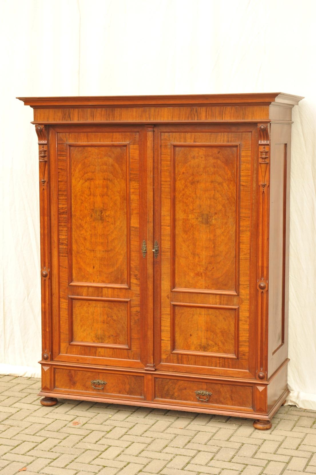 Großer Gründerzeit Kleiderschrank Nussbaum | Antik im Hof