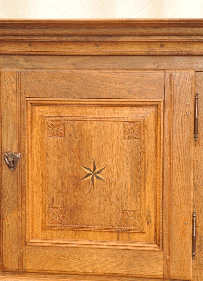 obere Tür zweigeschossiger antiker Brotschrank Eiche