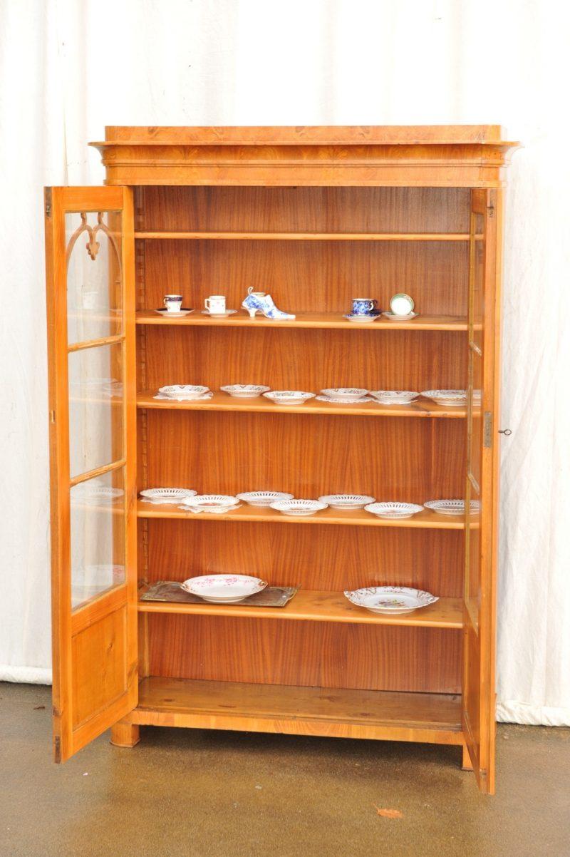 Innen zweitüriger Bücherschrank Esche furniert Biedermeier