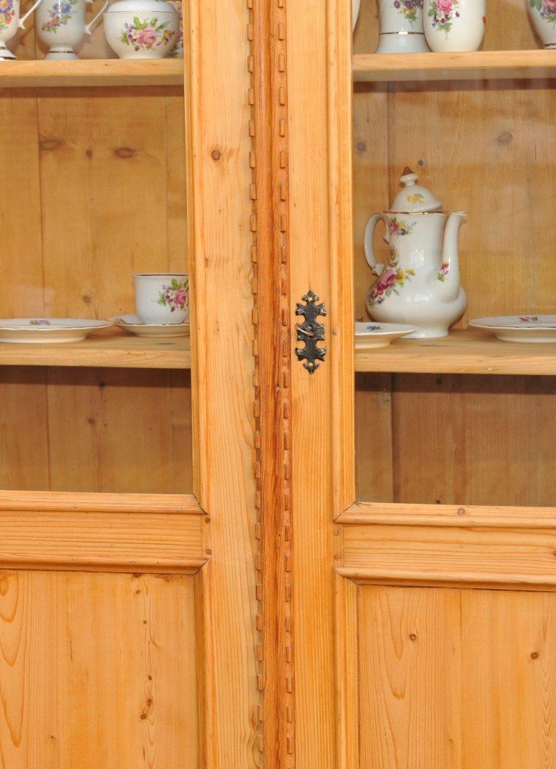 Detail zweitüriger Bücherschrank Kiefer mit zwei Schubladen