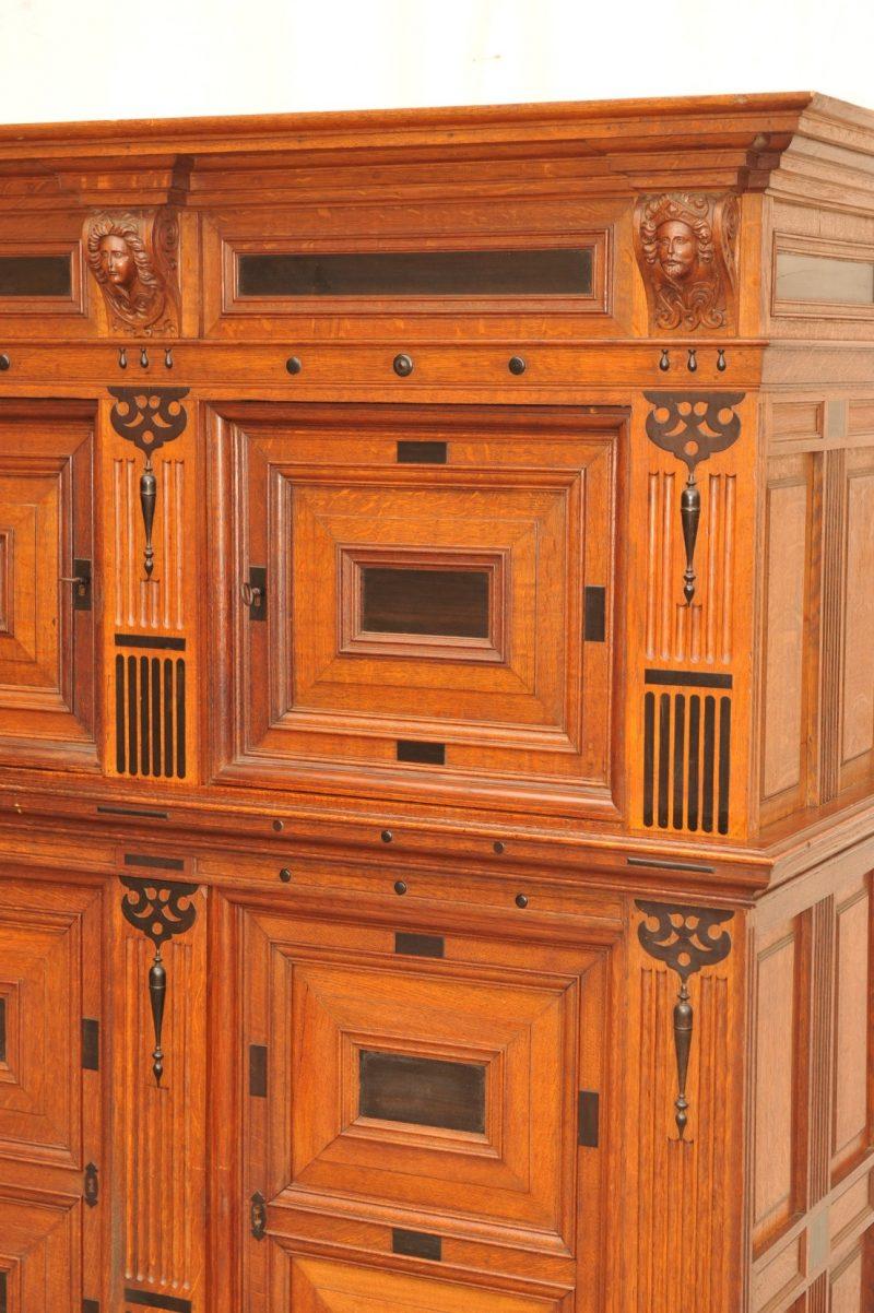 Detail: Ausatzschrank, dreigeschossig, Eiche mit ebonisierten Flächen