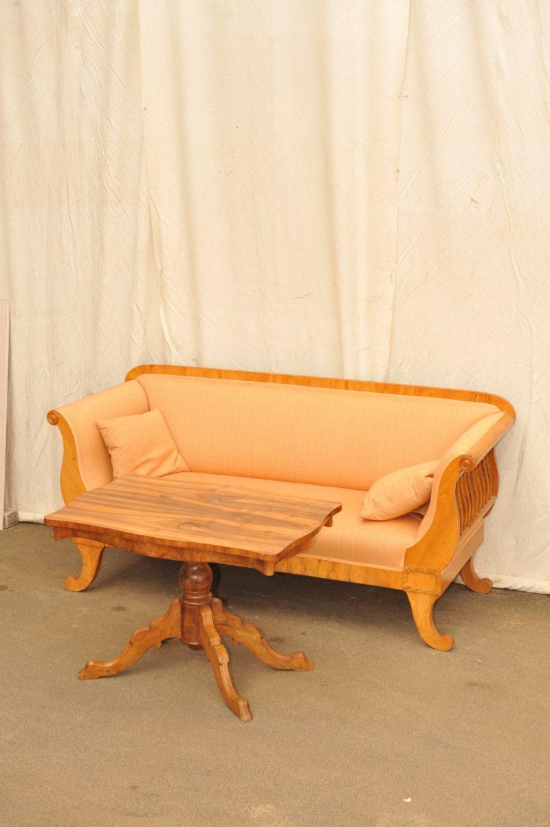 Sofatisch antik Nussbaum mit Sofa
