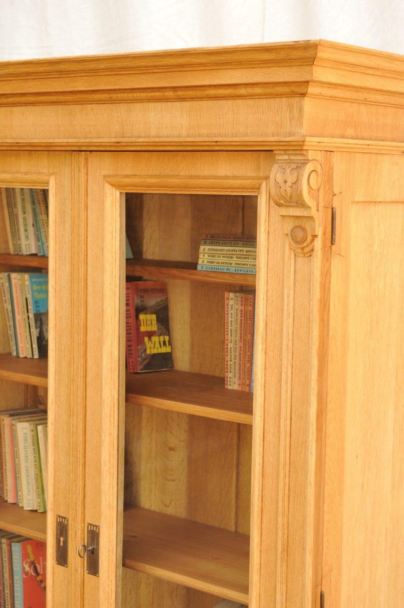 Detail zweitüriger Bücherschrank Eiche von 1900