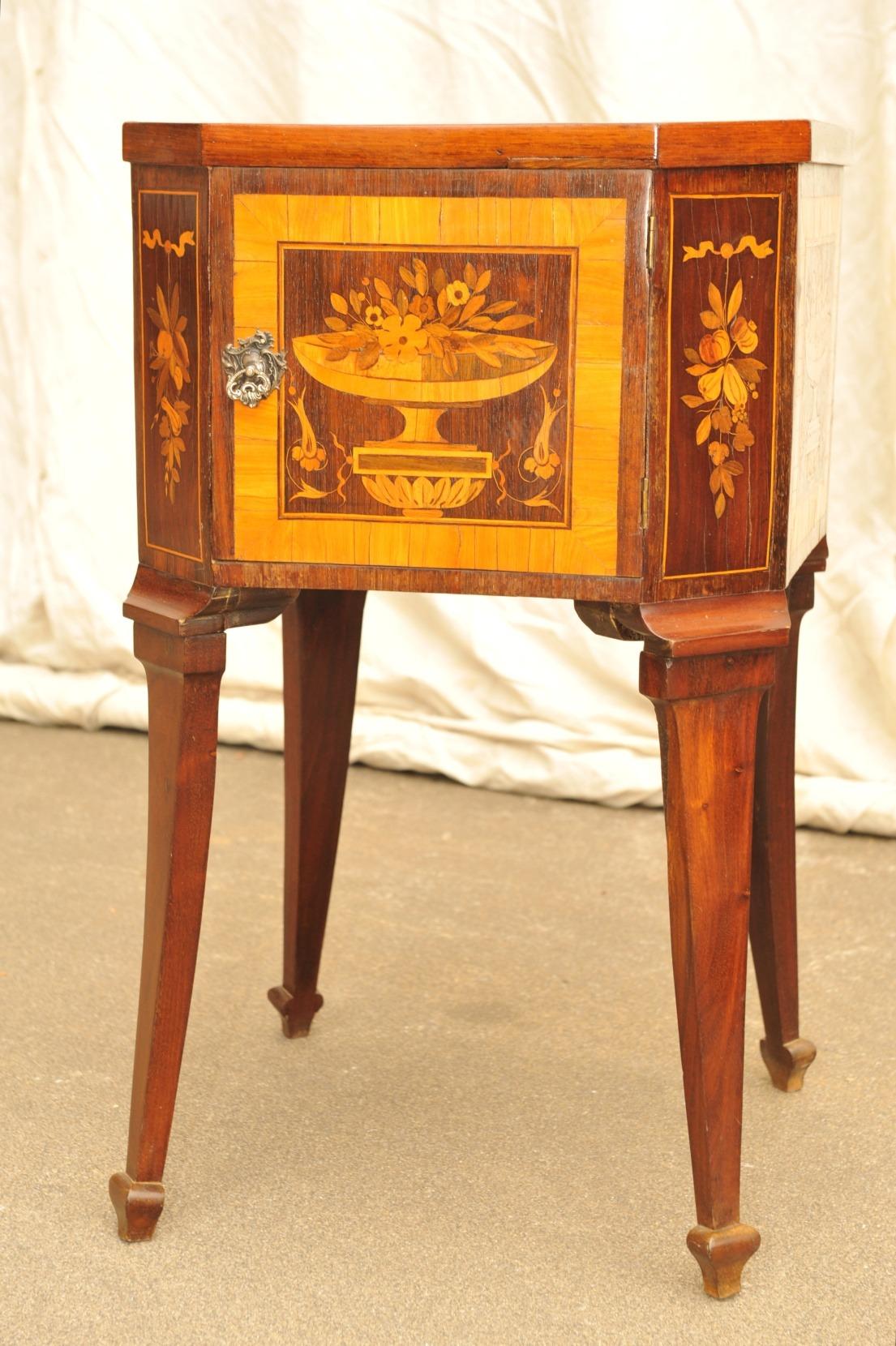 Tischschränkchen Louis XVI, Edelhölzer- Marketerien mit Blumen und Früchte