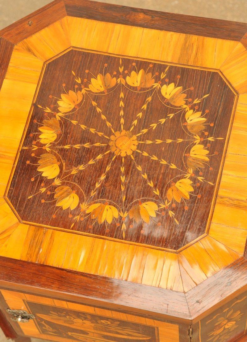 Platte Tischschränkchen Louis XVI, Edelhölzer- Marketerien mit Blumen und Früchte