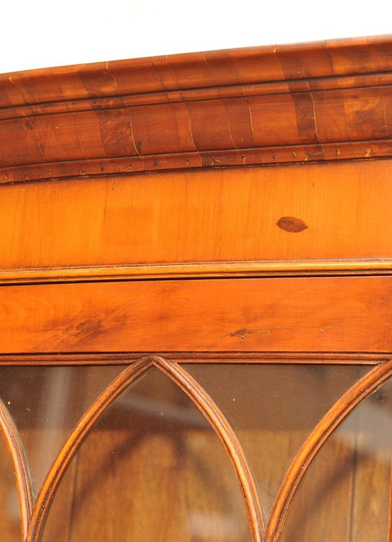 Detail antike Aufsatzvitrine Eibe
