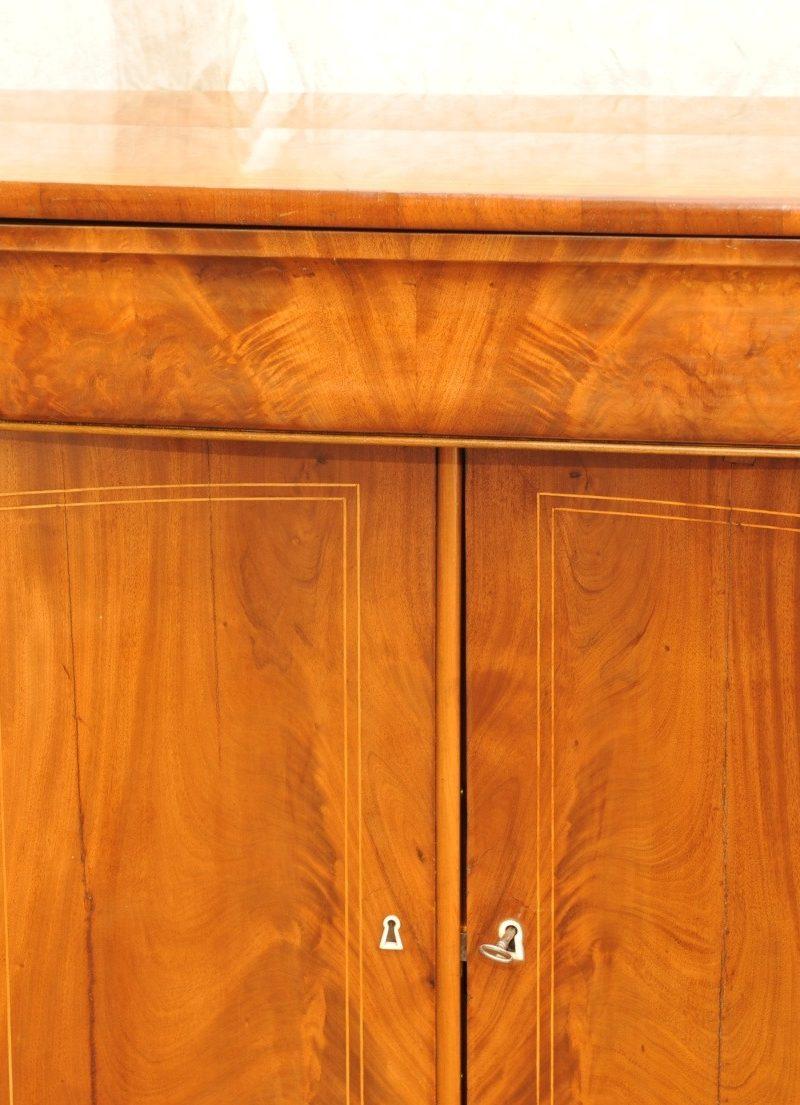Biedermeier Anrichte mit konkav gebogenen Türen