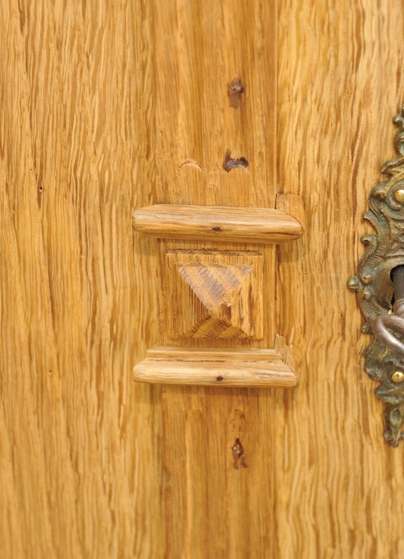 Detail toller zweitüriger Kleiderschrank aus Eiche, zerlegbar, Gründerzeit