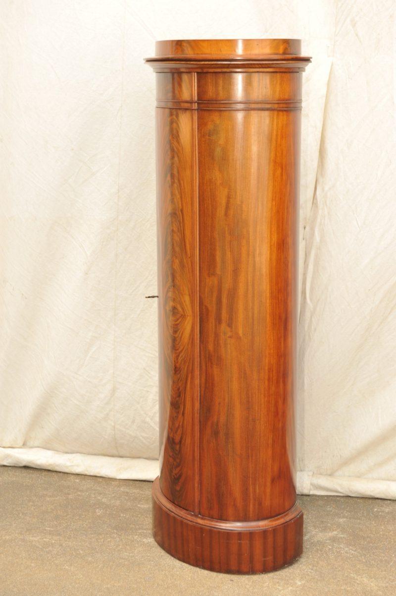 schlanker oval-runder Pfeilerschrank, Biedermeier, Mahagoni