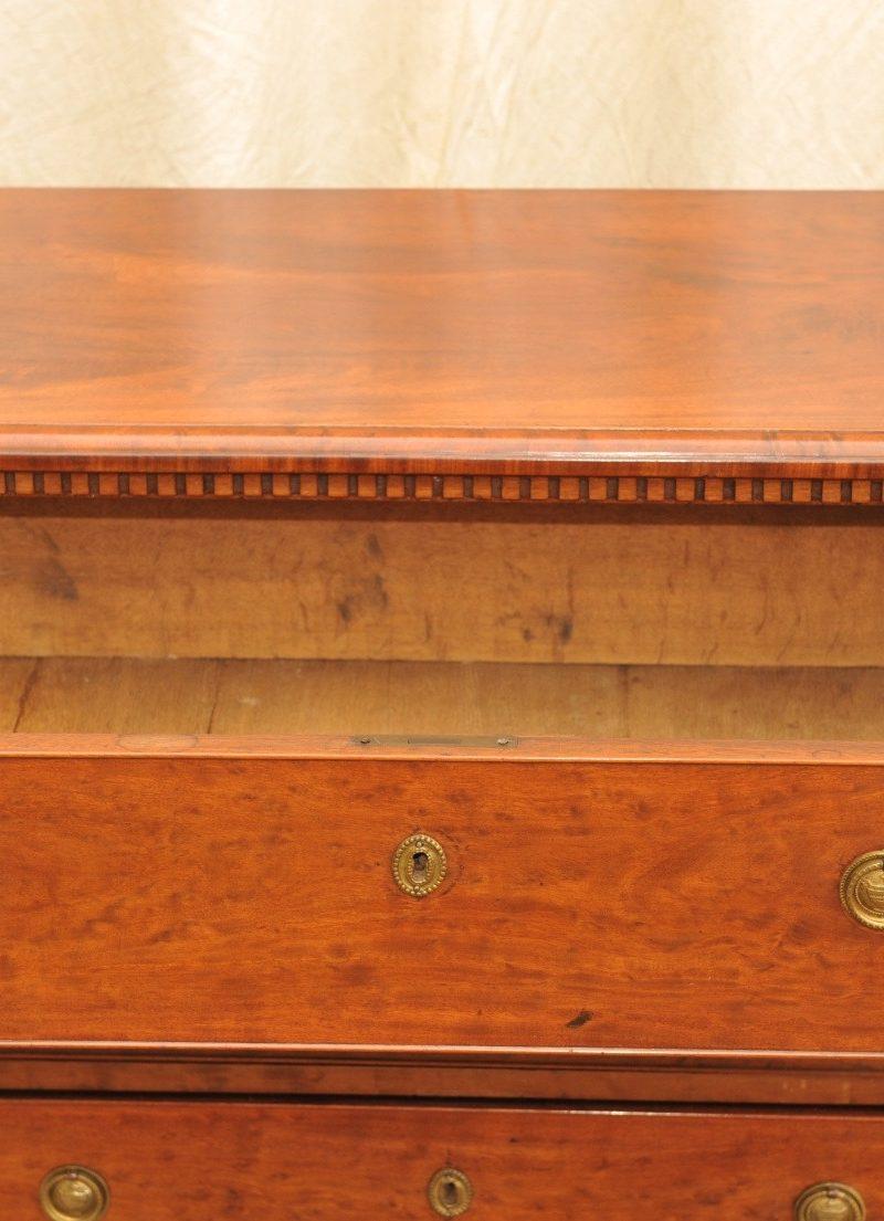dreiladige Kommode Mahagoni klassizistischer Stil um 1800