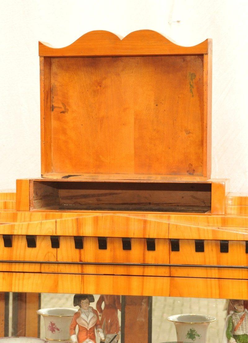 Kopfschublade bedeutende dreiseitig verglaste Biedermeier Vitrine Kirschbaum