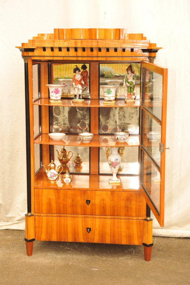 bedeutende dreiseitig verglaste Biedermeier Vitrine Kirschbaum