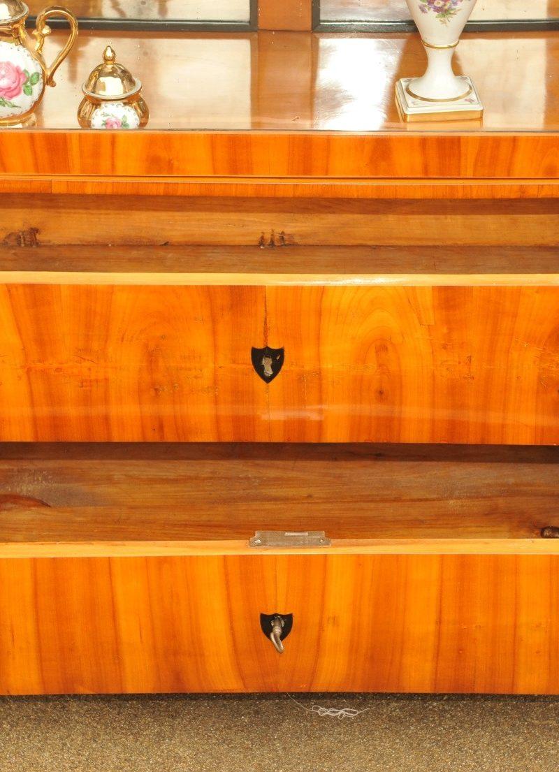 Detail bedeutende dreiseitig verglaste Biedermeier Vitrine Kirschbaum