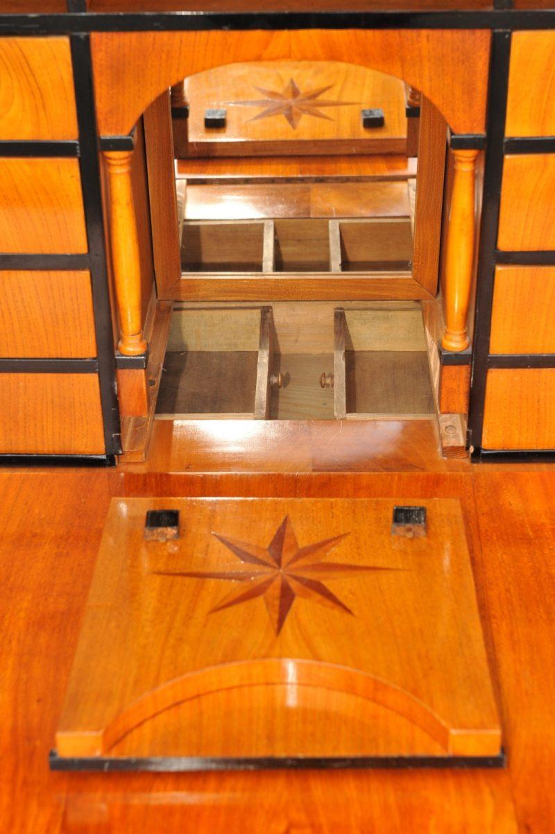 Detail Schreibschrank Kirschbaum furniert mit Türen, Klappe und Schubladen