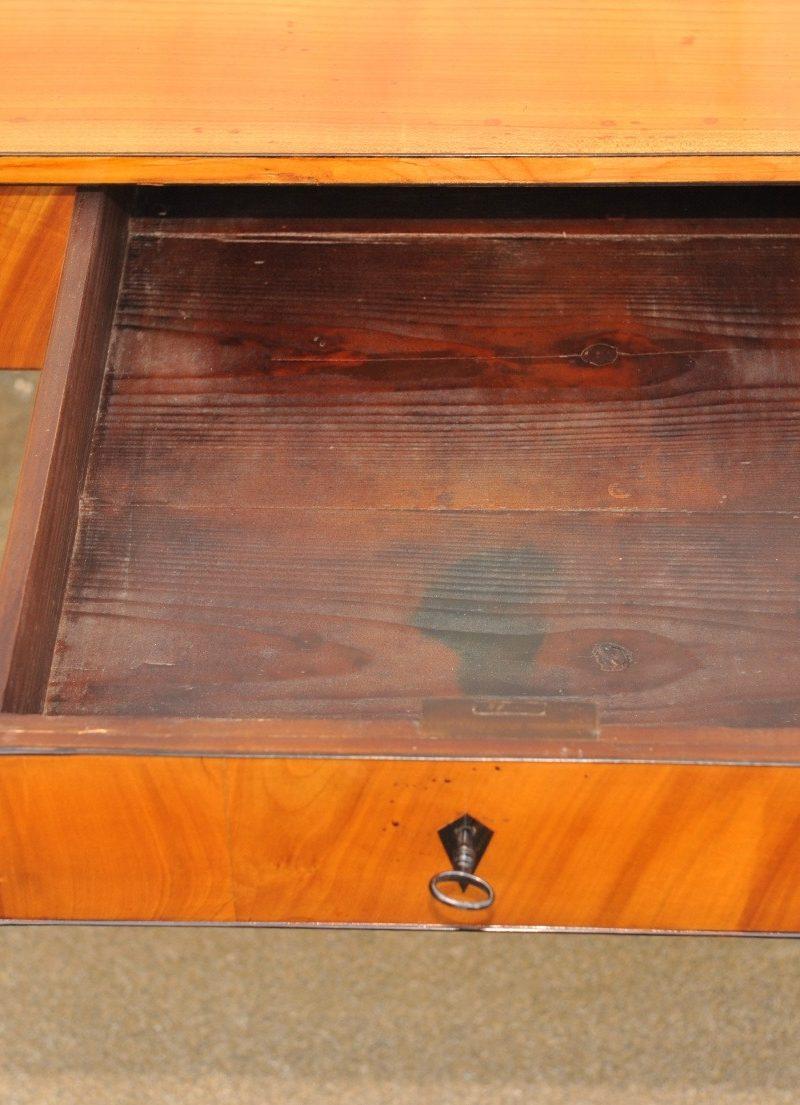 Biedermeier Tisch Kirsche mit Schublade und Spitzbeinen Detailaufnahme
