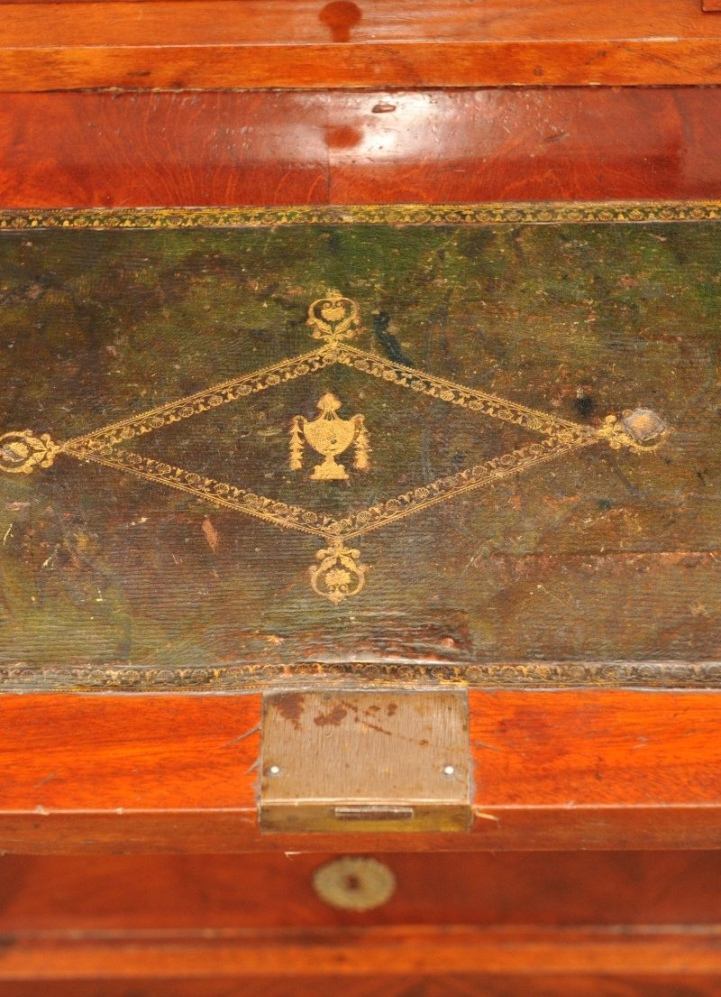 Detail klassizistischer Schreibschrank Pfeilerkommode