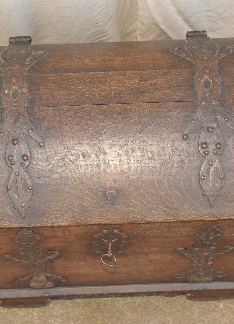mit Eisen beschlagene barocke Dokumententruhe