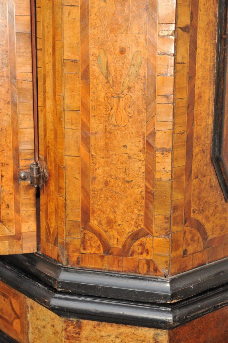 Detail Dielenschrank, Nussbaum-/ Wurzelholzfurnier mit Einlegearbeiten