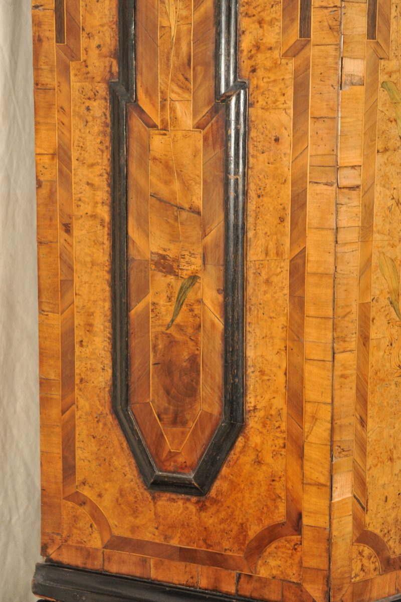 Dielenschrank, Nussbaum-/ Wurzelholzfurnier mit Einlegearbeiten