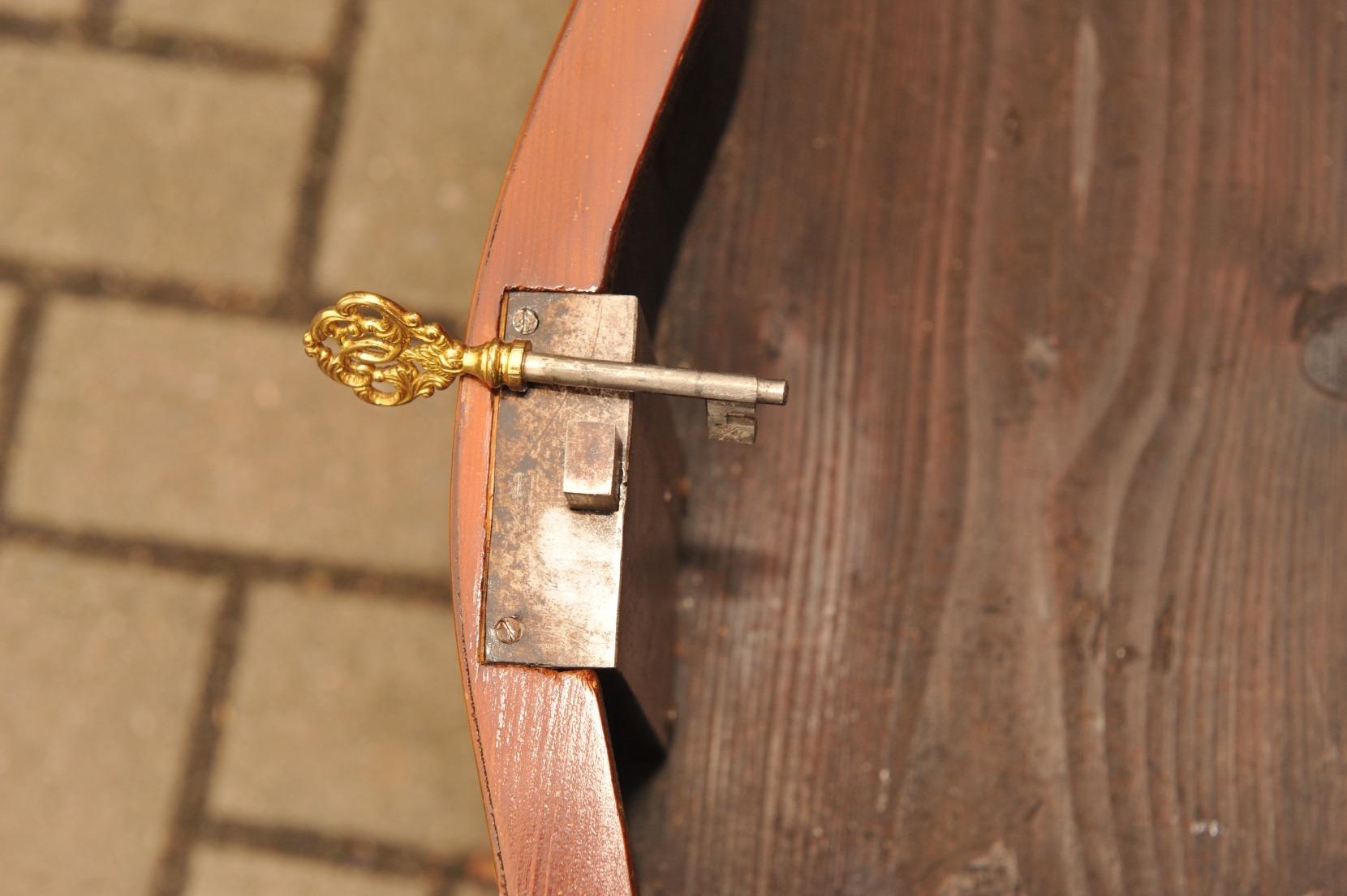 Detail süddeutsche Barock Kommode mit mehrfach geschwungener Front