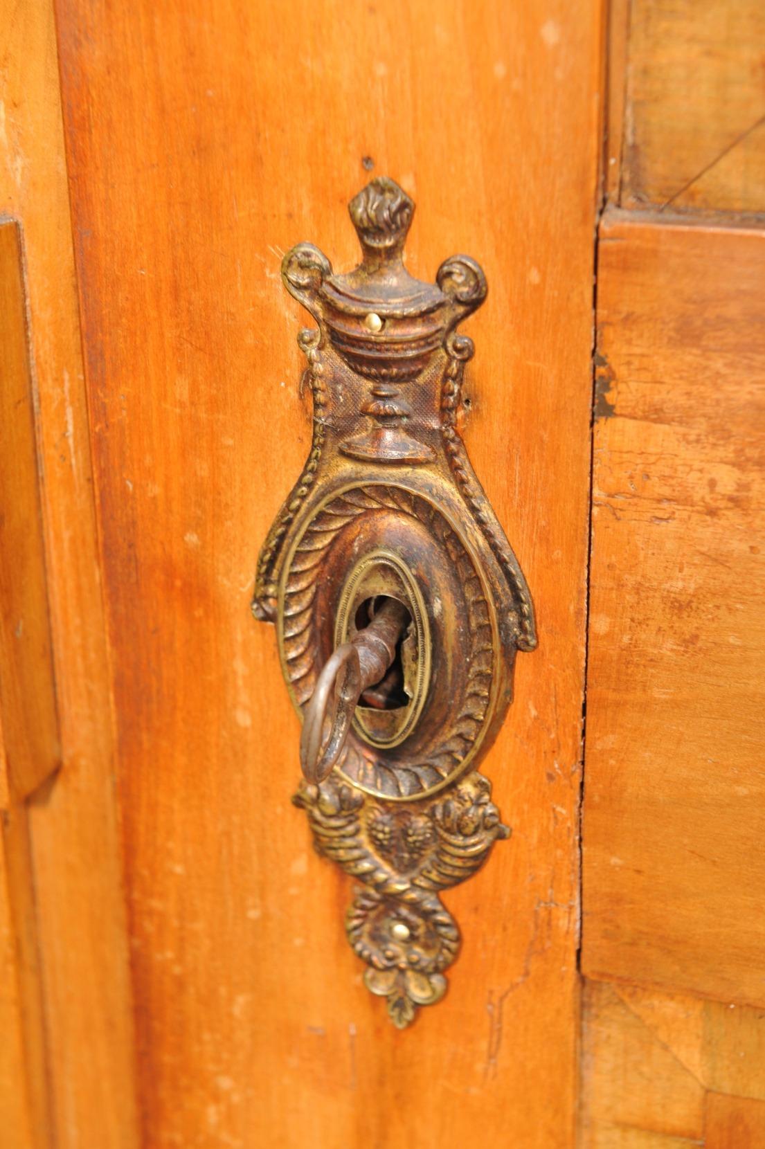 Detail Kirschbaum Schrank mit Marketerien und Einlegearbeiten, Louis XVI